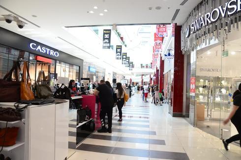 אין עדיין נהירה לחנויות בקניון