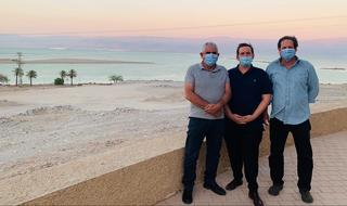 אסף זמיר (במרכז) עם וגנר ודניאל. הגיע לסיור בים המלח