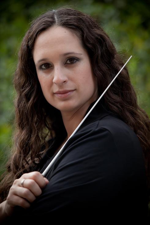 סיון אלבו בן חור. מנצחת על הקונצרט