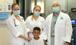 """קוסאי עם ד""""ר מלמד וצוות טיפול נמרץ"""