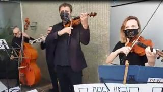 קונצרט מחאה מחוץ לביתה של ראש עיריית נתניה
