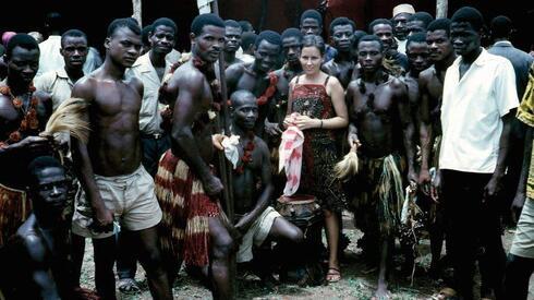 דליה מריות. עם בני שבט באפריקה