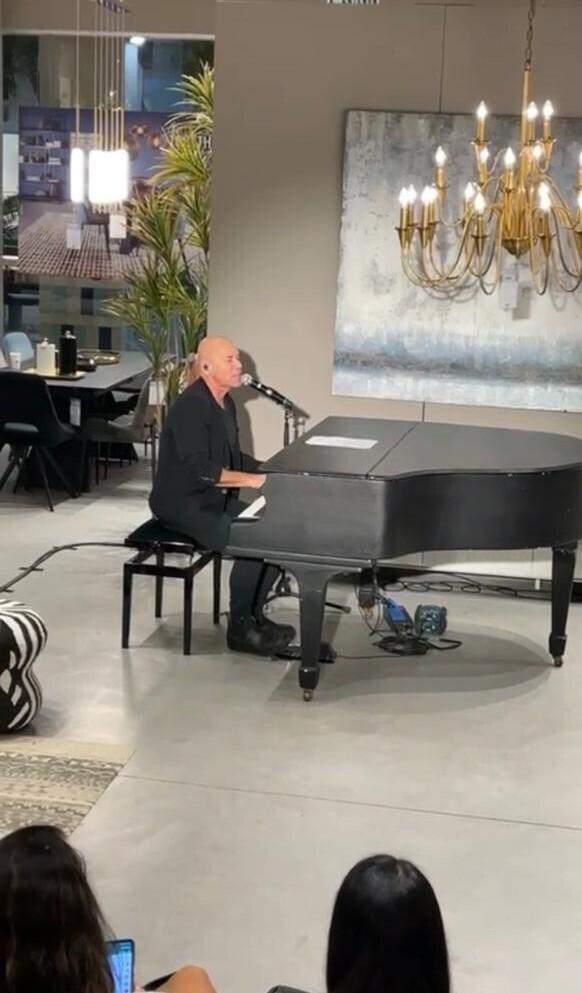 קליינשטיין במופע פסנתר בסלון
