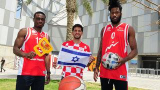 אריק גריפין (מימין), מריאנו באריירו וכיילב אגאדה. אוהבים את ישראל