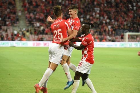 וארן (משמאל) חוגג את השער. האם החלוץ יישאר במדים האדומים בעונה הבאה?