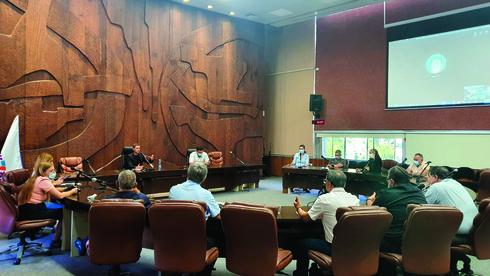 חברי ארגון הקבלנים והנהלת העירייה בדיון בנושא הבנייה