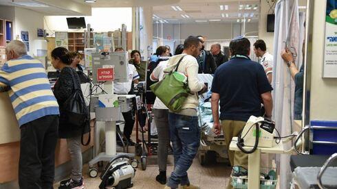 """חולים ממתינים לקבל טיפול בבית החולים """"סורוקה"""". קיים מחסור במיטות וברופאים"""
