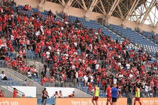 הקהל האדום במושבה. עודדו ללא הפסקה למרות החום הכבד