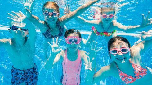 מנצלים את הבריכה למסיבות