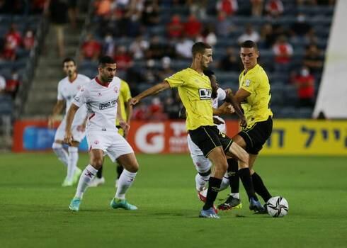 רועי גורדנה (משמאל) עוקב אחרי הכדור. אווירת כדורגל נהדרת בטדי