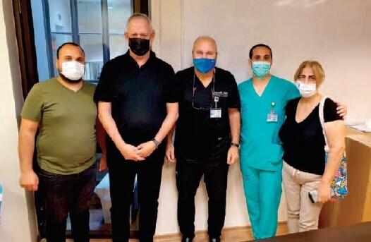משפחת סעידיאן עם הצוות הרפואי ושר הביטחון גנץ