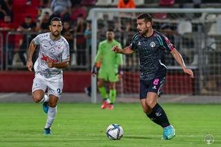 רועי גורדנה (מימין) עוקף את מרוואן קבהא. המשחק התנהל ברוב בדקות במרכז השדה