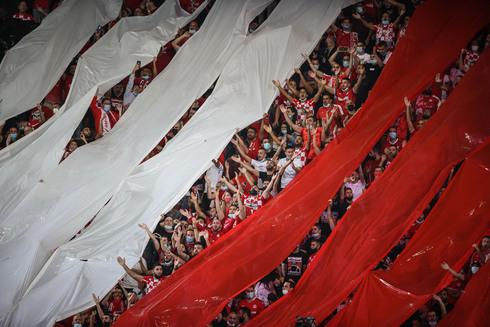 הקהל האדום. תצוגת עידוד יפה של האוהדים