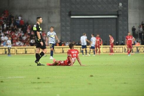 דור מיכה שוכב על הדשא. הקשר נפצע והוחלף