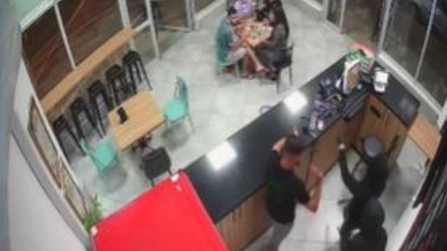 שוד בפיצרייה - מתוך מצלמות האבטחה