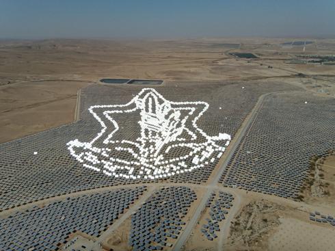 """שדה סולארי מואר לכבוד יום העצמאות, צילום: שלומי אוגרן , """"מגלים"""" אנרגיה סולארית"""