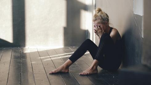 רקדנית בוכה, מתאים לידיעות על תקיפה מינית. שאטרסטוק