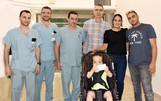 משפחת אשכנזי עם צוות בית החולים. הניתוח הסתיים בהצלחה. צילום: רחל דוד, סורוקה