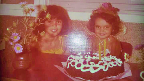 יסמין סקס־פרידמן (מימין) עם אחותה. צילום פרטי