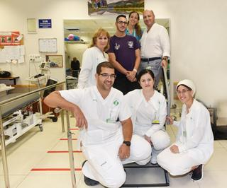 """בר ועקנין יחד עם ד""""ר יולי טרגר וצוות מחלקת השיקום. צילום: רחל דוד, סורוקה"""