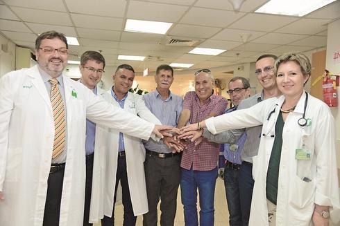 נסים כהן ומיכאל אפנג'ר עם הצוות בבית החולים. צילום: הרצל יוסף