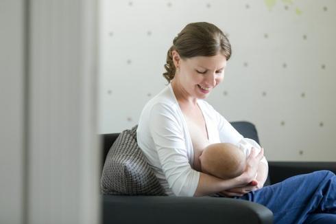 אמא מניקה, הנקה, תינוק, אימהות. צילום אילוסטרציה: freepik