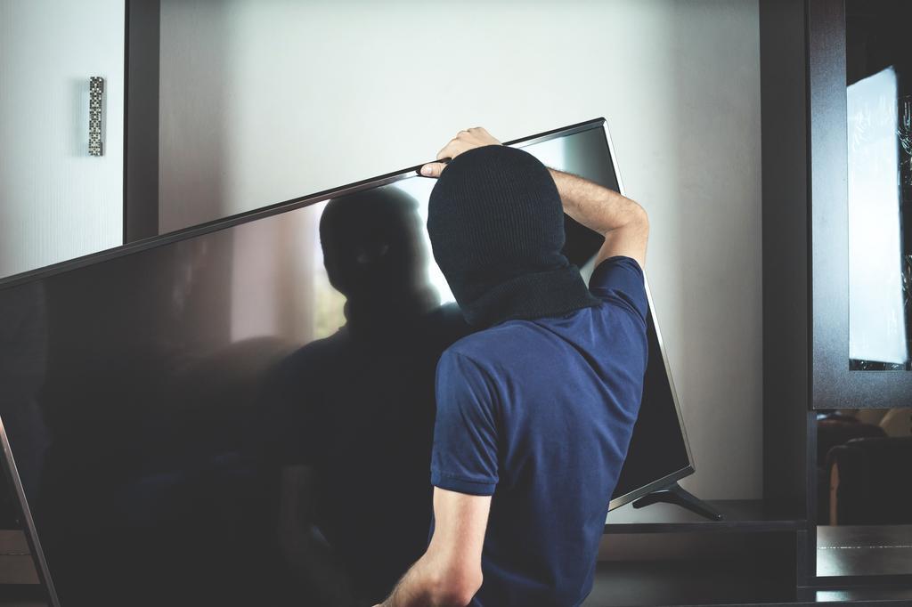 פריצה, גנב טלוויזיה. צילום: שאטרסטוק