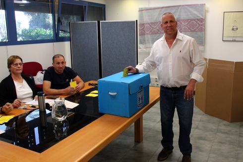 גדי ירקוני, ראש המועצה האזורית אשכול, מצביע בקלפי בקיבוץ נירים, צילום: ארנון אבני