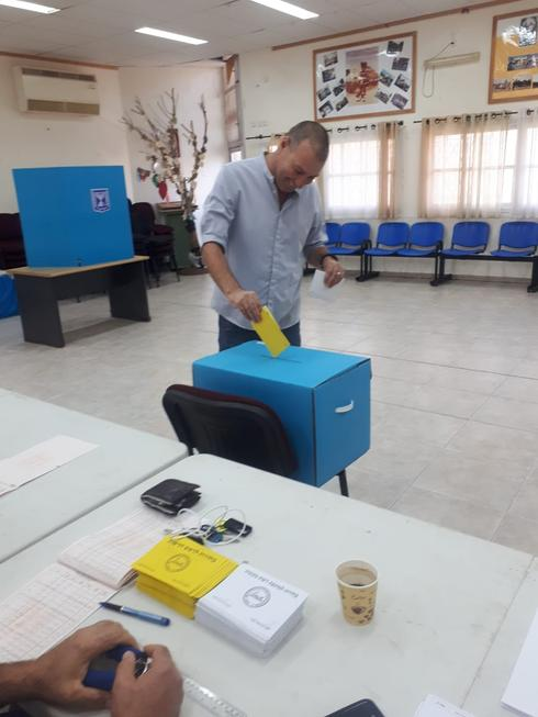 אפי מישוב, המועמד לראשות מועצת אשכול מצביע בקלפי במושב אוהד, צילום: תומר גדשי