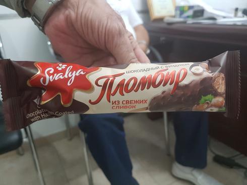 מטה פימה מחלק שוקולד עם אגוזים. צילום: יעקב לוי