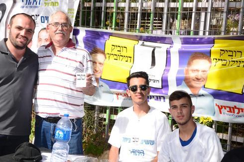 """פעילים בדוכנים מחוץ לקלפי בב""""ש. צילום: הרצל יוסף"""