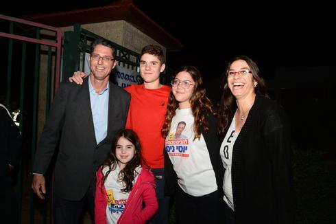 יוסי ניסן ומשפחתו, סיבוב שני להבים. צילום: הרצל יוסף