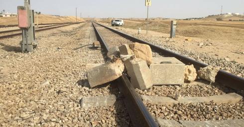 סלעים על מסילת הרכבת ליד נבטים. דוברות המשטרה
