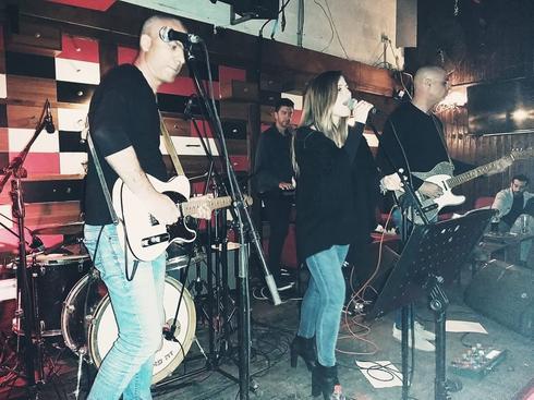 """אור לוי עם להקת קארט בלאנש. צילום: יח""""צ חמש על עשר (גיליון 15.03.19)"""