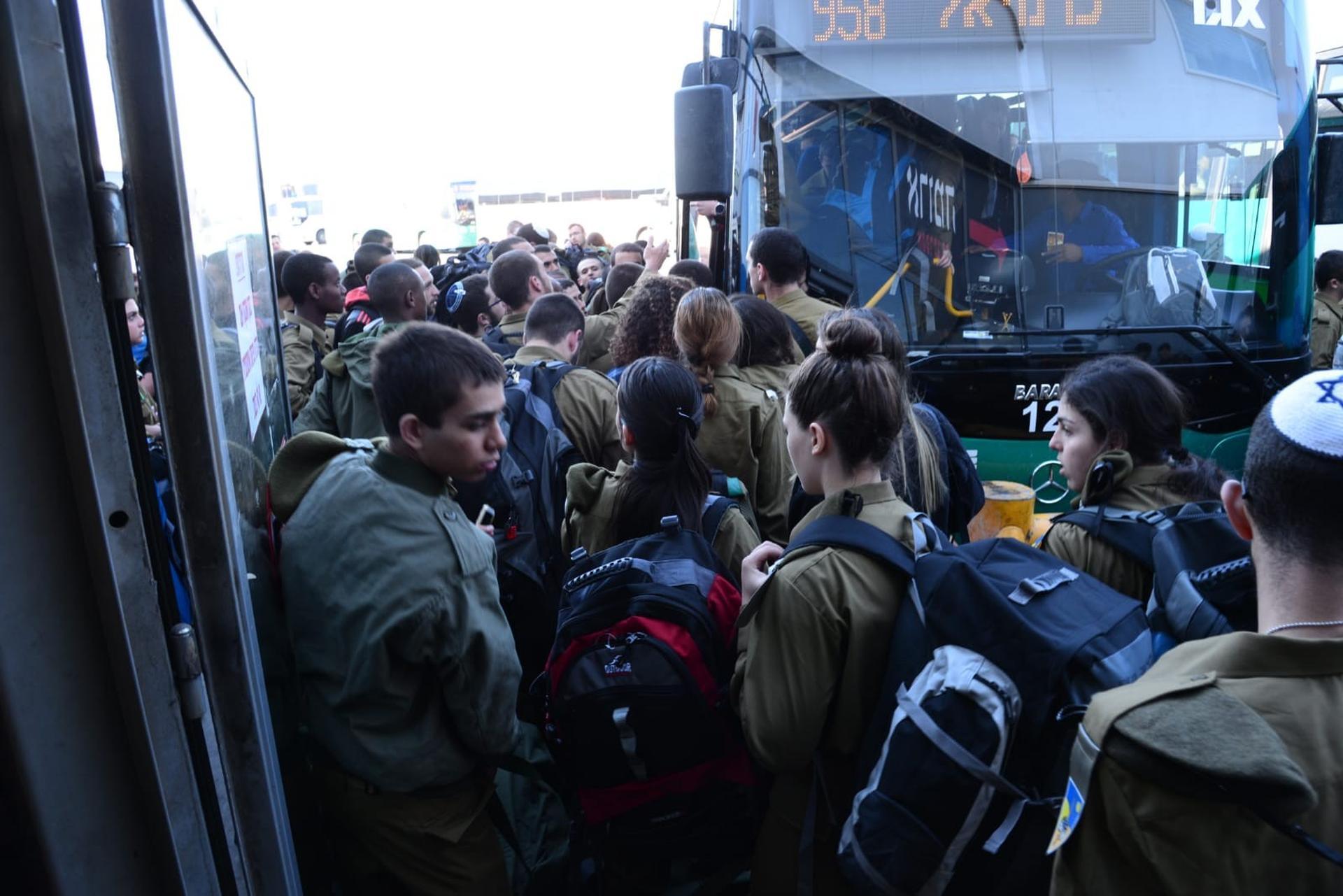 חיילים נדחסים בתור לאוטובוס בבאר שבע. צילום: הרצל יוסף