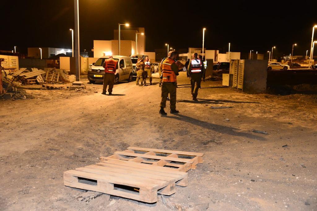 סריקה ליד המבנה שנפגע בבאר שבע. צילום: הרצל יוסף