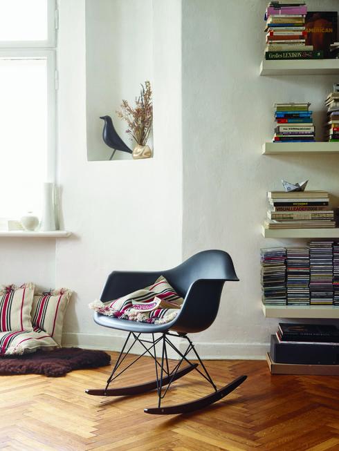 כיסא נדנדה שעיצב צ'ארלס אימס ל Vitra היווה את הבסיס לכסאות הפלסטיק המודרניים. הביטאט