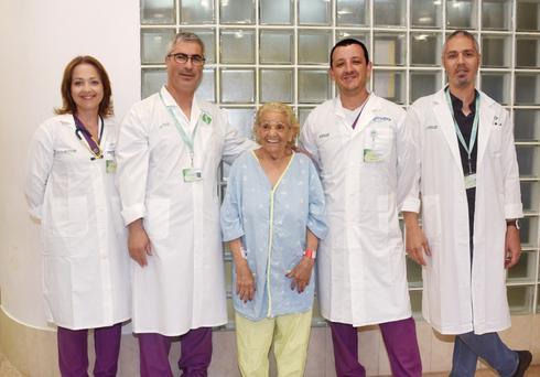 הצוות הרפואי של סורוקה לצידה של מרים סרור | צילום: רחל דוד סורוקה