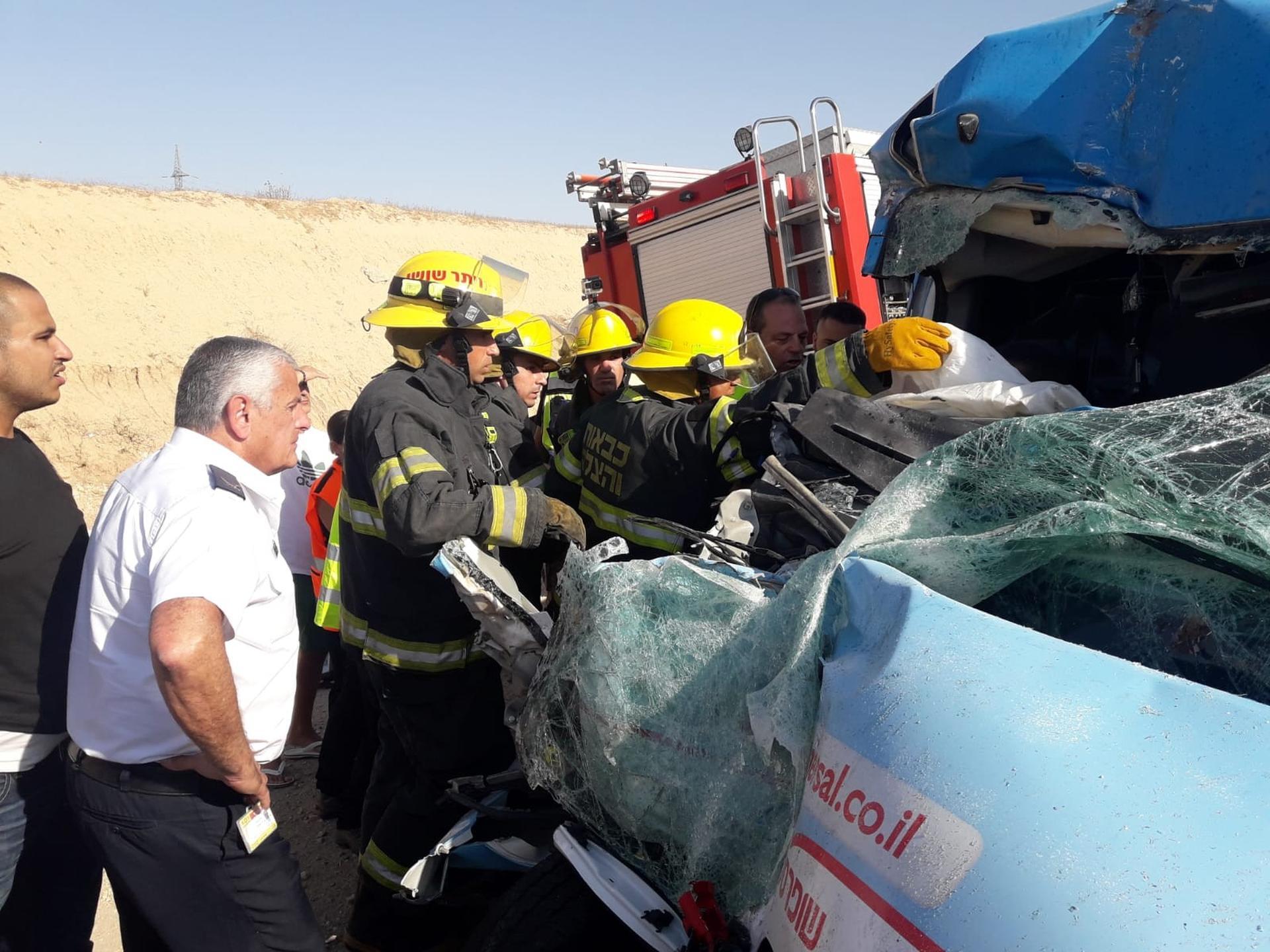 רגע חילוץ הפצועים   צילום: תיעוד מבצעי כבאות והצלה מחוז דרום