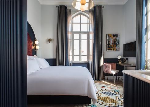 Elmina Hotel Jaffa. צילום: סיון אסקיו. עיצוב החדר על ידי מעצב הפנים מיכאל אזולאי