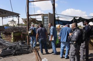 השוטרים ונציגי המשרדים במהלך הפשיטה | צילום: דוברות המשטרה