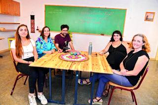 אנשי בית הספר האנתרופוסופי השבוע   צילום: הרצל יוסף