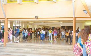תלמידים לפני הצלצול הראשון. התרגשות גדולה | צילום ארכיון: הרצל יוסף