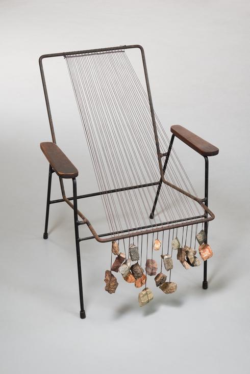 זילה הומא חמיד, כיסא נול, 2013, חוטי כותנת, שעווה אבנים וכיסא. צילום: UWE WALTHER