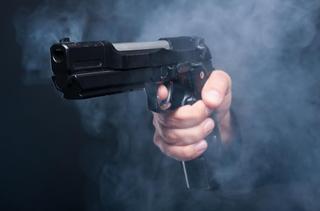 מאיים באקדח. צילום: shutterstock
