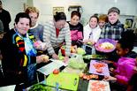 הנשים עם התלמידות השבוע. אוהבות לבשל | צילום: הרצל יוסף
